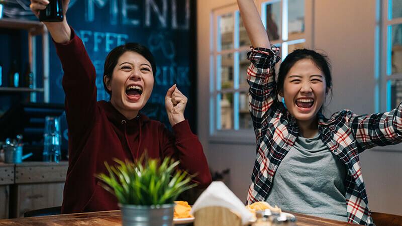 女性二人がサッカーのテレビ観戦