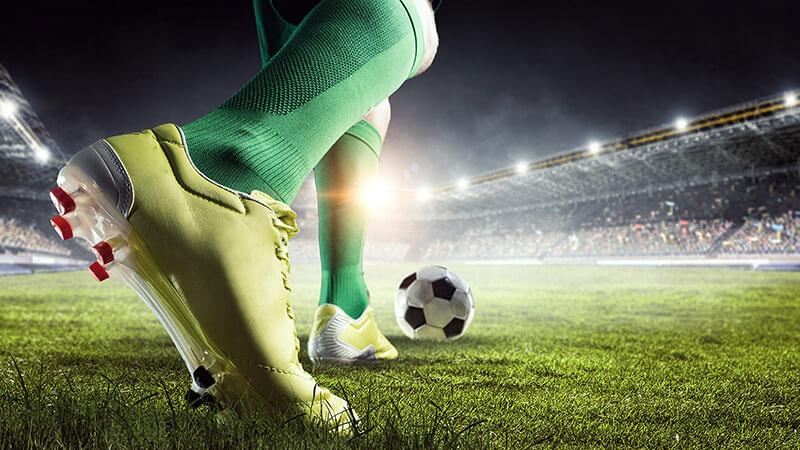 サッカー 選手がボールをける