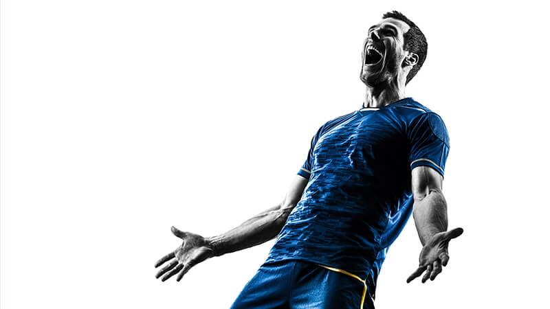 ゴールして喜びの声をあげるサッカー選手