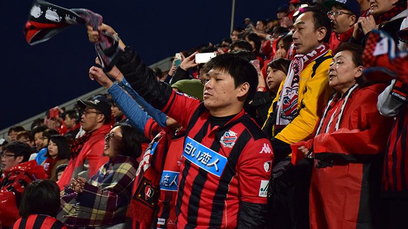 競技場でサッカーファンが応援
