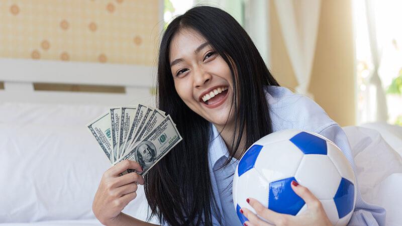女の人がブックメーカーでサッカーに賭けて稼ぐ