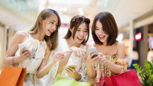 女3人がスマホオンラインカジノゲームで遊ぶ