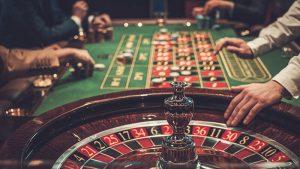 カジノ ルーレットを楽しむ客