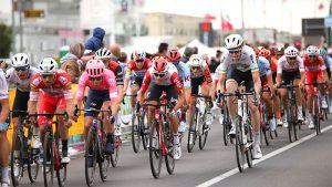 ジロデイタリア大会で自転車に乗る選手達