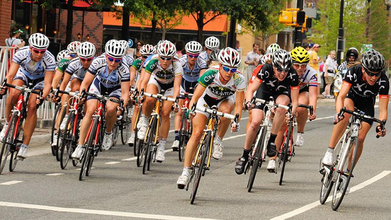 東京オリンピック ロードレース 自転車をこぐ選手達